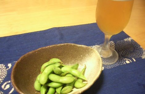 Beer_and_edamame_(boild_green_soybeans)